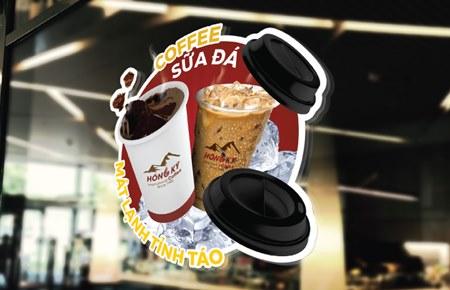 Bộ nhận diện thương hiệu chuỗi cửa hàng Hồng Kỳ Coffee Bộ nhận diện thương hiệu chuỗi cửa hàng Hồng Kỳ Coffee Được đặc chế từ những hạt cà phê tốt nhất trên đỉnh đèo Pha Đin (thuộc tỉnh...