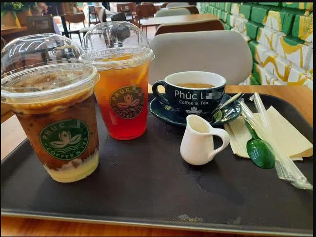Cửa hàng đồ uống có bộ nhận diện thương hiệu đều gần tương tự với Phúc Long