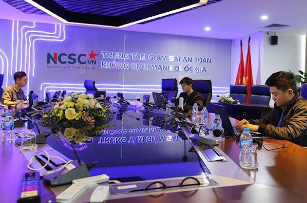 """Về màu sắc, logo mới của NCSC được thể hiện trên hai khối màu đỏ và màu xanh. Màu xanh là màu chủ đạo trên nền chữ """"NCSC"""", thể hiện tính đặc trưng của công nghệ hiện đại, năng động và tin cậy. Màu đỏ của mũi tên điều hướng ẩn mình trong ngôi sao cùng chữ """"VN"""" lấy cảm hứng từ màu cờ của Tổ quốc, tượng trưng cho trung thành, sức mạnh và sự tâm huyết."""