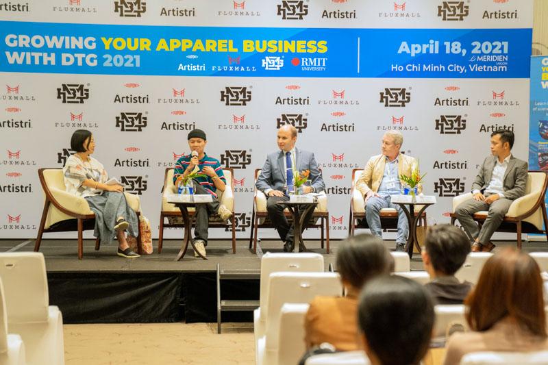 Hai giảng viên Đại học RMIT (đầu tiên bên trái và thứ hai từ phải sang) phát biểu tại một tọa đàm về phát triển thương hiệu địa phương chính thống trong một thế giới hậu COVID-19.